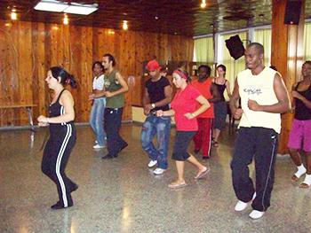 Bárbara Balbuena Gutiérrez leads a salsa class.