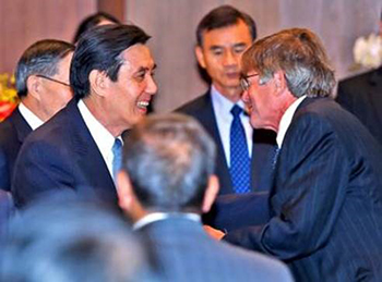 Maxwell Dean James Steinberg, right, meets Republic of China President Ma Ying-Jeou.