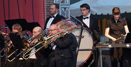 """Mary Kasprzyk '03 (far right) performing Kenneth Alford's """"Sparks."""" SUBE Board President Mike Tyszko L'15 is standing, far left. (Photo by Benjamin Palmer)"""