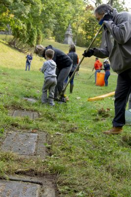 members of the Syracuse University Veterans Affinity Group conduct cleanup in veterans' section of Oakwood Cemetary
