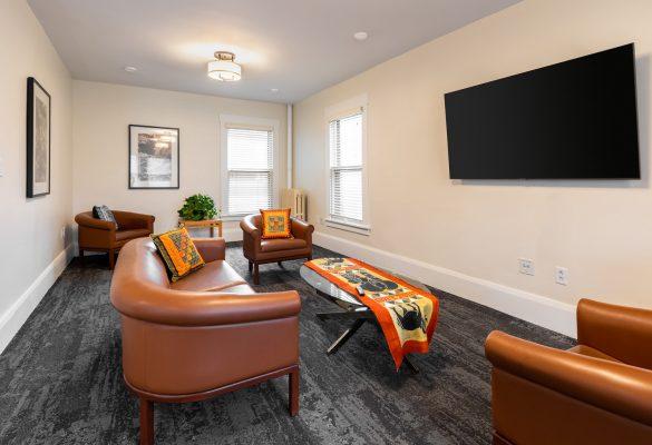 Sala de estar con sillas y cama